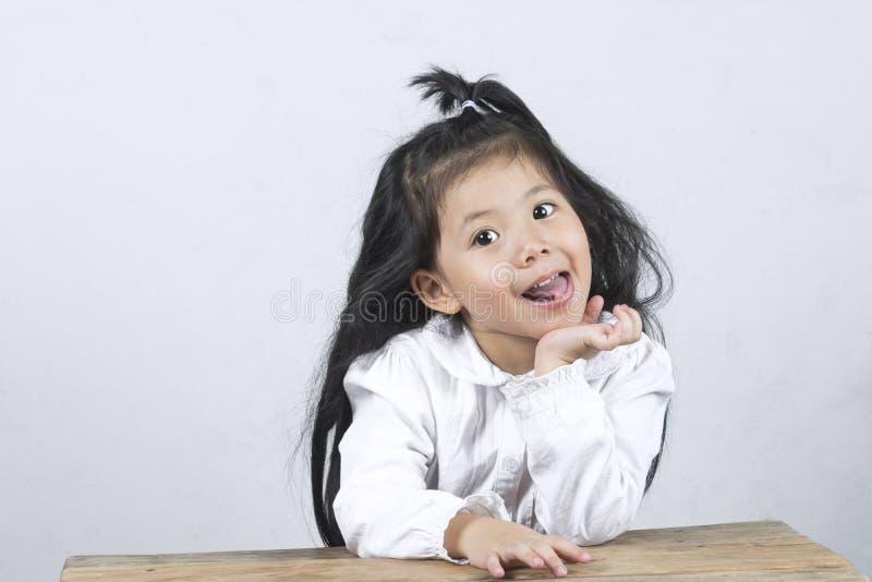 Portriat allegro di una ragazza asiatica sveglia divertente fotografie stock