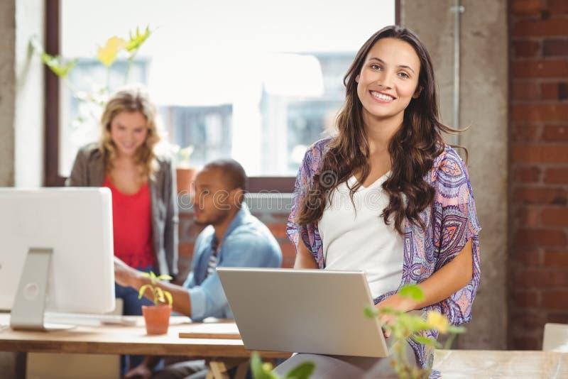 Portriat bizneswoman używa laptop przy kreatywnie biurem obrazy stock
