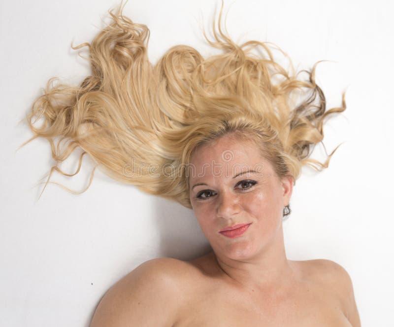 Portriat de uma mulher com cabelo da mosca-Afastado fotos de stock