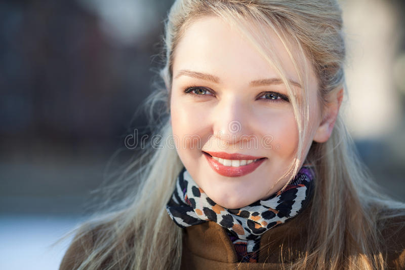 Portrit di bella ragazza sorridente fotografia stock libera da diritti