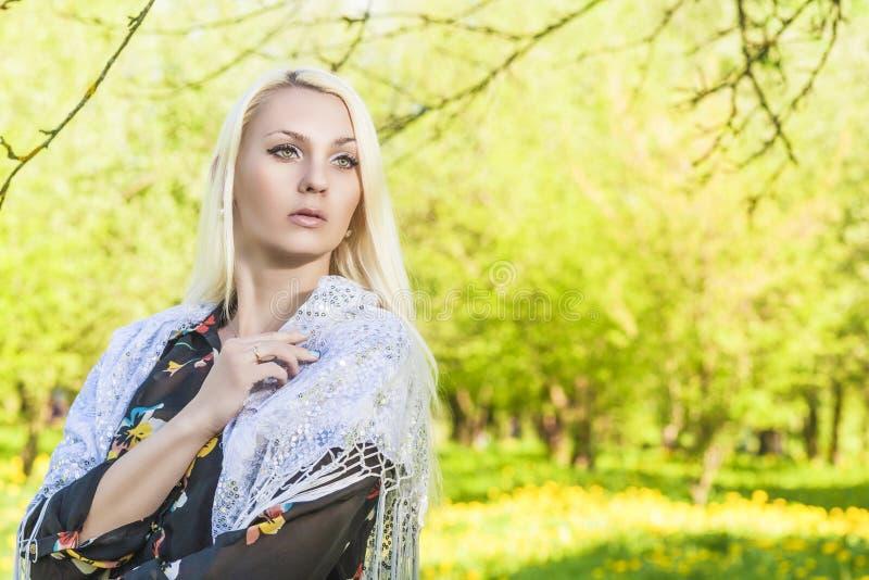 Portrit di sogno della donna bionda caucasica che posa fuori immagine stock