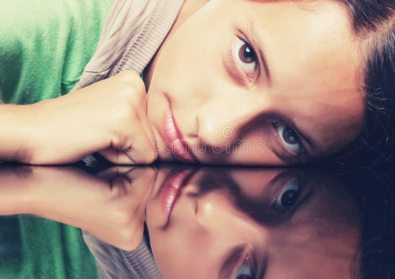 Portrtai του νέου κοριτσιού με την αντανάκλαση στοκ φωτογραφία με δικαίωμα ελεύθερης χρήσης