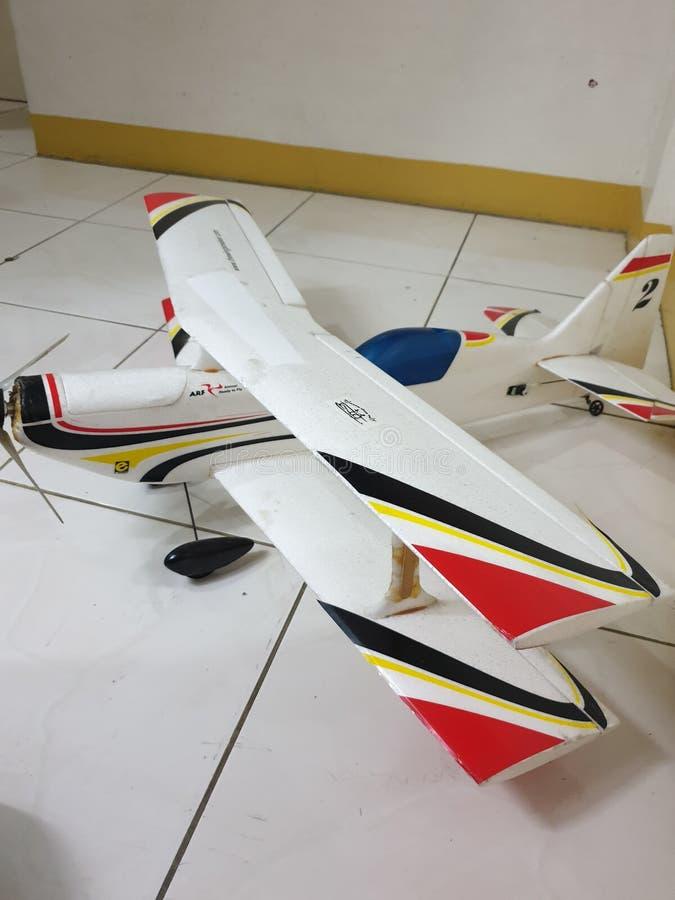 Portsida av den aerobatic Bi-niv?n f?r radiokontroll royaltyfri bild