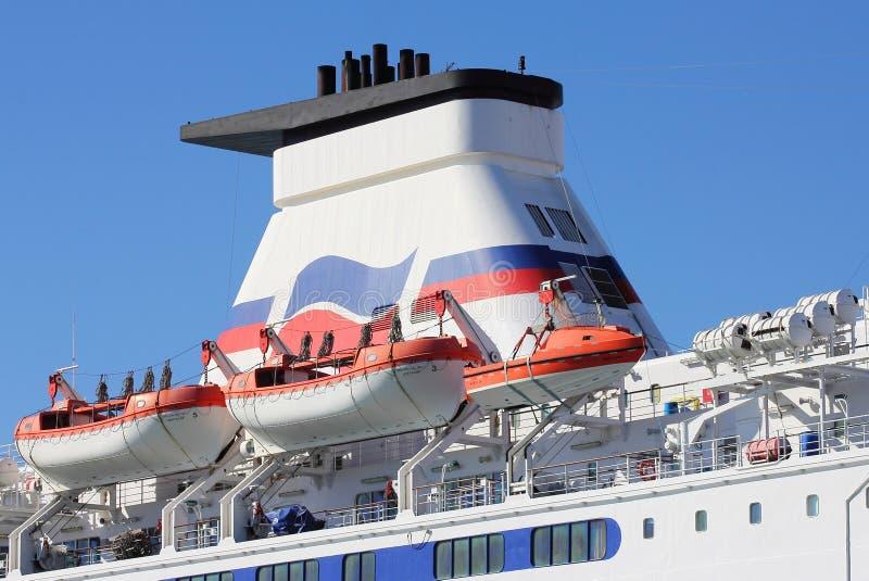 PORTSMOUTH, ENGELAND - MAART 16 2016: De reddingsboten en de toren van de kanaalveerboot tegen een blauwe hemel stock afbeeldingen
