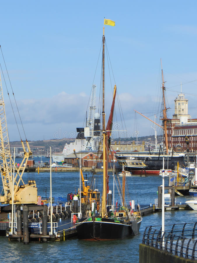 PORTSMOUTH, HAMPSHIRE/UK - 2 DE NOVEMBRO: Barca de Tamisa em Portsmou fotos de stock