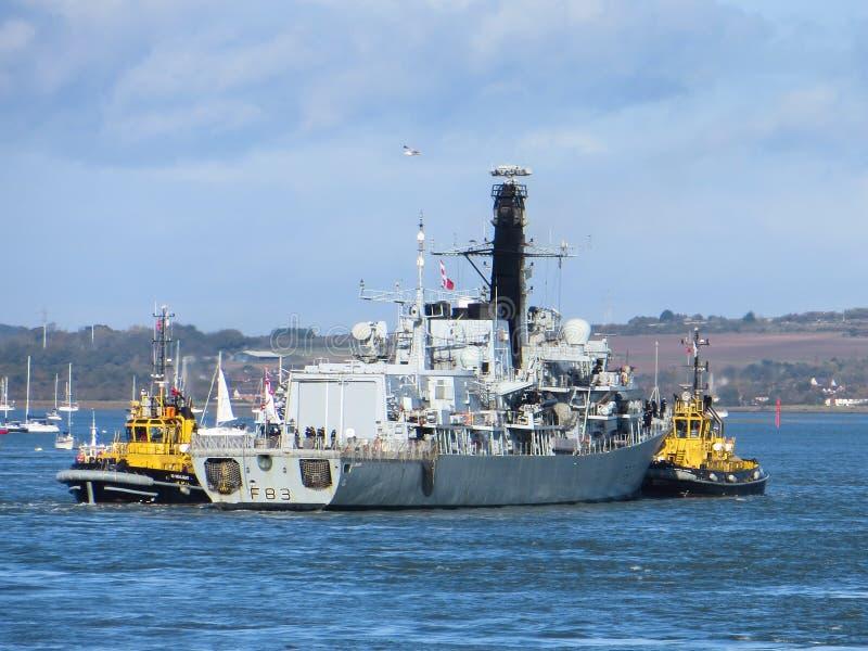 PORTSMOUTH, HAMPSHIRE/UK - 2 NOVEMBRE : HMS Albion étant I remorqué images libres de droits