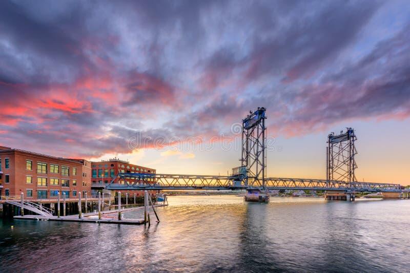 Portsmouth, New Hampshire, U.S.A. al ponte commemorativo sul fiume di Piscataqua immagini stock
