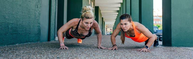 Porttruppkvinnor som utför push-up arkivfoton