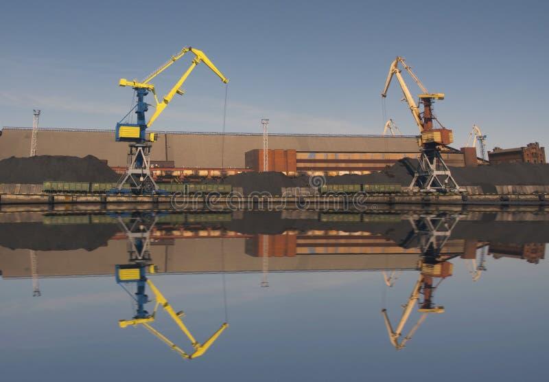 Portu morskiego ładunku żurawia ładunku węgiel drzewny obraz royalty free