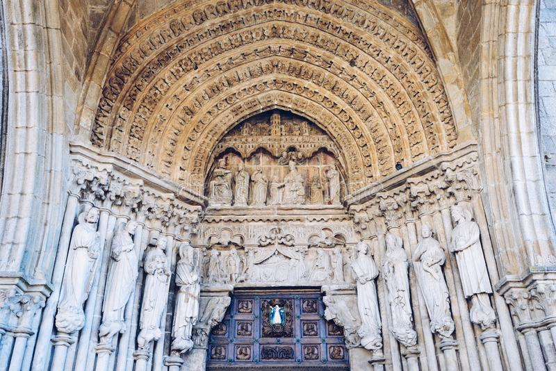 Portugais Camino, Tui, portail de la cathédrale de Vierge Marie béni à Tui, le St James Way photos stock