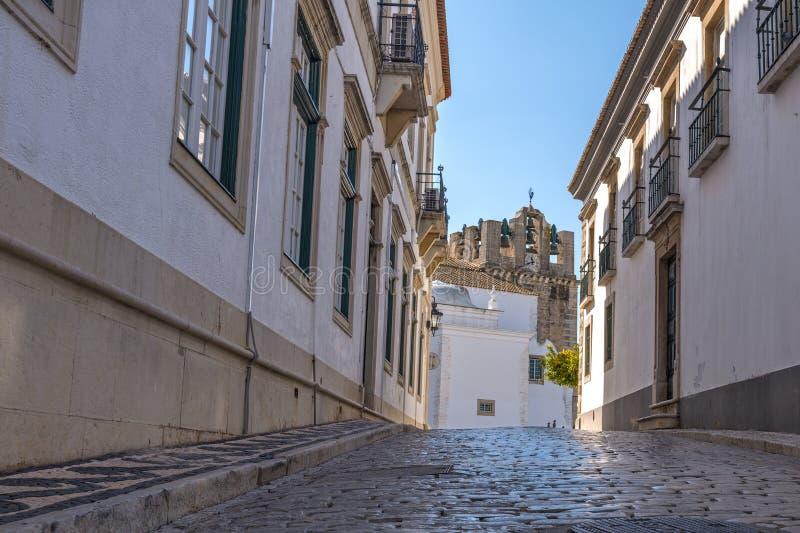 Portugal Algarve, Europa - sikt för låg vinkel av den gamla gatan i Faro fotografering för bildbyråer