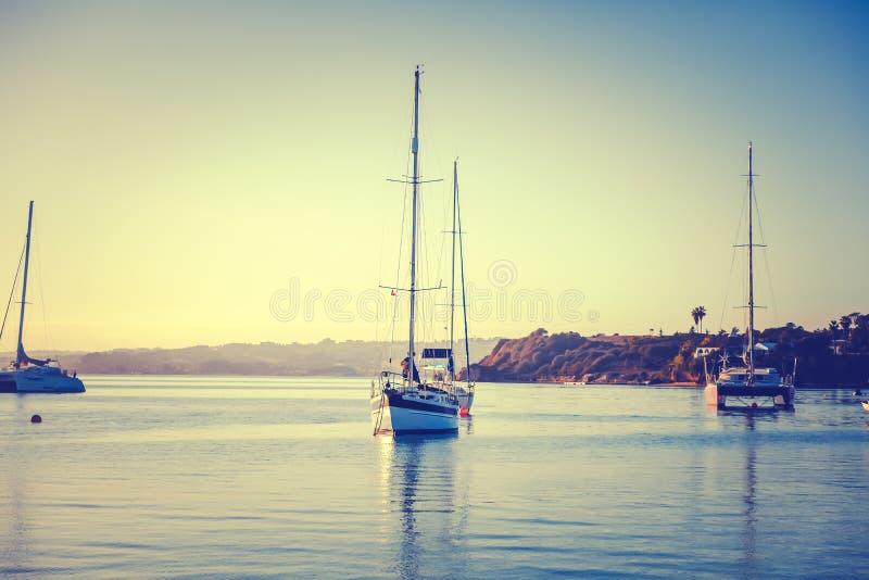 Portugal, Algarve, Portimao, yates y barcos tradicionales amarrados imagenes de archivo