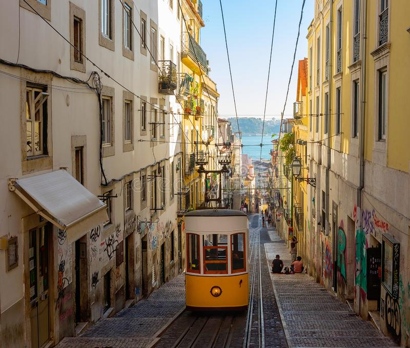 PORTUGAL, bonde O 1º DE OUTUBRO DE 2018, de LISBOA, o teleférico de Bica & x28; Ascensor a Dinamarca Bica imagens de stock royalty free