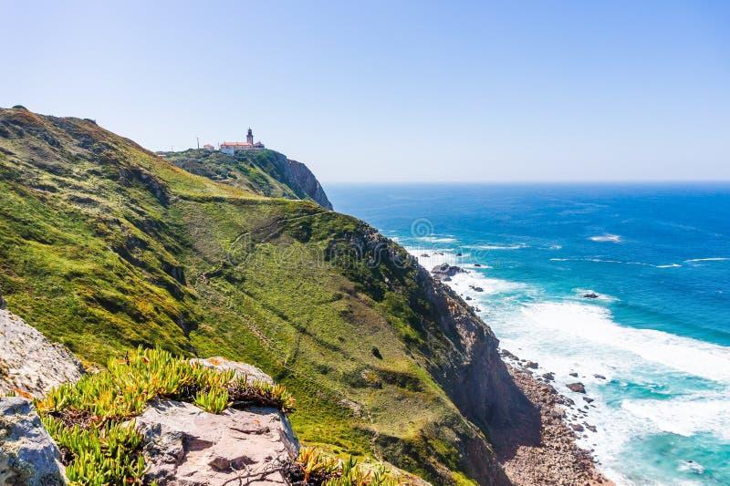 portugal Cabo a Dinamarca Roca e o farol sobre Oceano Atlântico imagem de stock royalty free