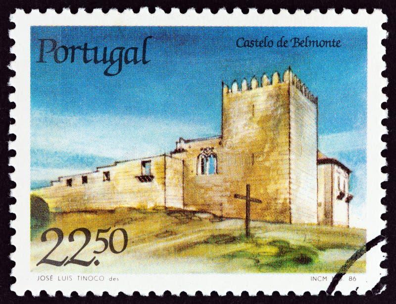 PORTUGAL - CIRCA 1986: Een zegel in Portugal wordt gedrukt toont Belmonte kasteel, circa 1986 die stock fotografie