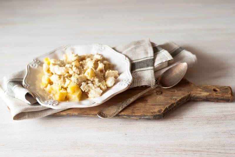 Portugal för portugisisk kokkonst för Bacalhau com-natas bakade den traditionella maträtten torsk med potatisar, lökar och kräm royaltyfri bild