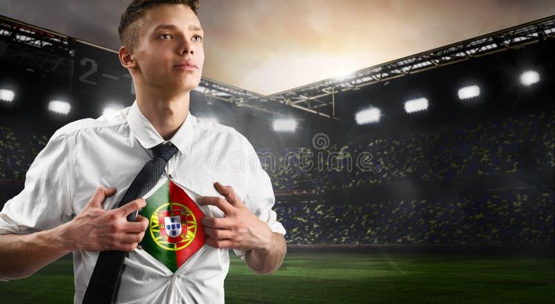 Portugal-Fußball- oder -fußballanhänger, der Flagge zeigt lizenzfreie stockfotografie