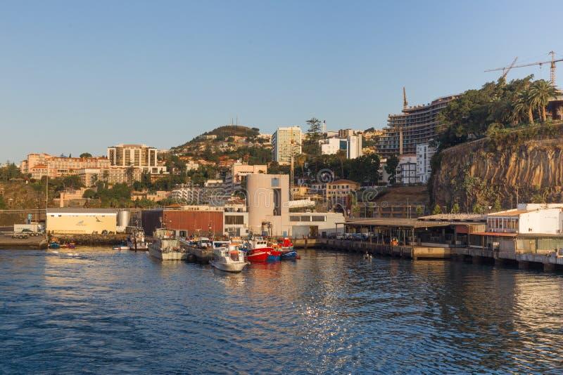 Portugal, Funchal - Juli 31, 2018: Weergeven van de haven van de stad van het het vertrekken schip in de vroege ochtend stock afbeelding