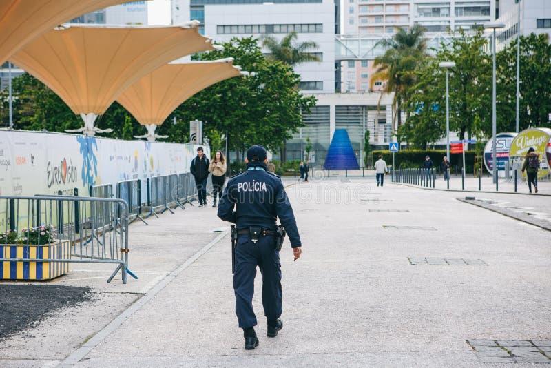 Portugal, Lisboa 29 de abril de 2018: El oficial de policía está en una calle de la ciudad Protección del orden público imagenes de archivo