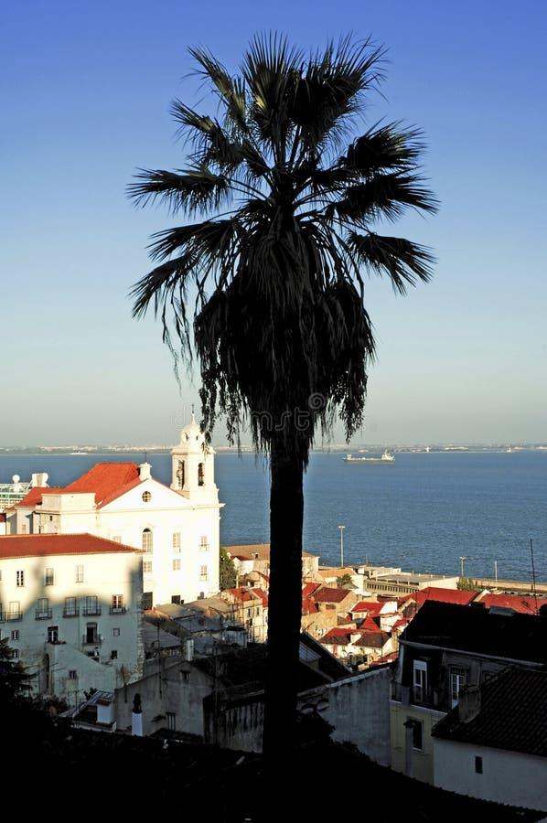 Portugal, Lisboa: Iglesia cerca del río de Taje fotografía de archivo libre de regalías