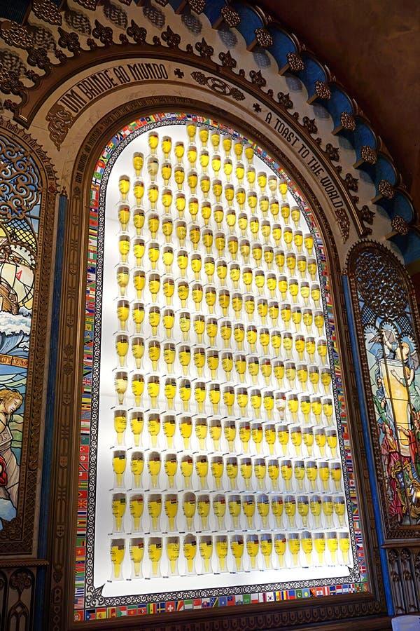 Portugal, Lisboa, a plaza do comércio, Praça faz Comércio, a parede de uma barra decorada com garrafas de cerveja imagem de stock