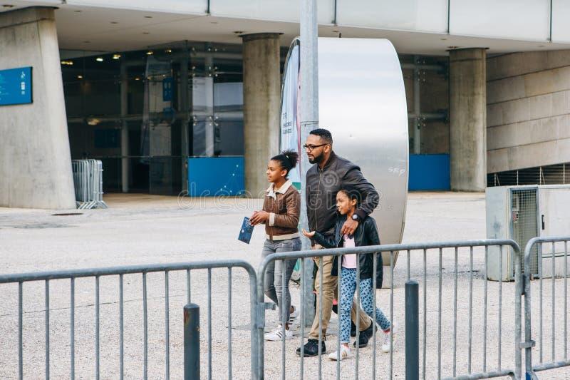 Portugal, Lissabon 29 april 2018: familie of toeristen of groeps mensen gang neer door straat royalty-vrije stock afbeelding