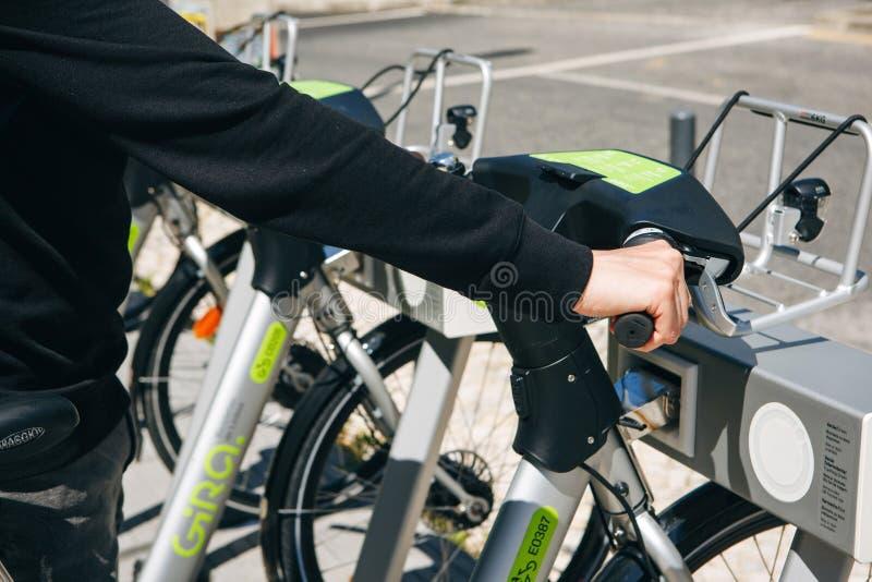 Portugal Lissabon 29 april 2018: stadscyklar eller alternativ ekologisk kollektivtrafik En person tar en cykel för royaltyfri bild