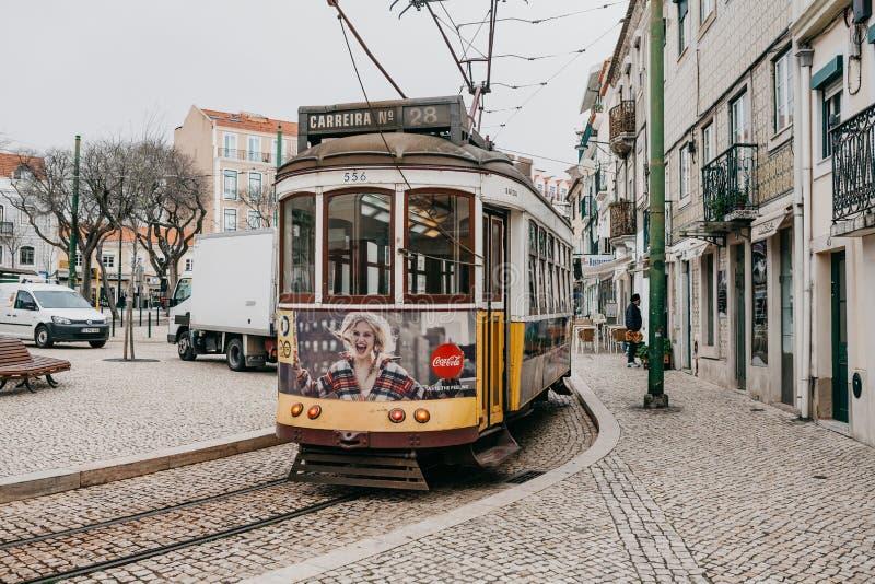 Portugal Lissabon, 01 Juli 2018: En traditionell gul spårvagn för gammalmodig tappning som fortskrider stadsgatan av Lissabon arkivbilder