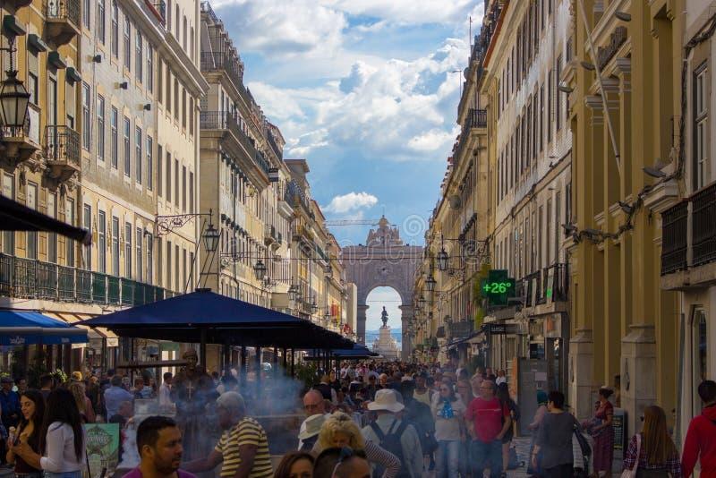 Portugal Lissabon - 25/10/2018: ruaAugusta gata med bÃ¥gen och folkmassa av turister Berömd shoppa gata i Lissabon fotografering för bildbyråer