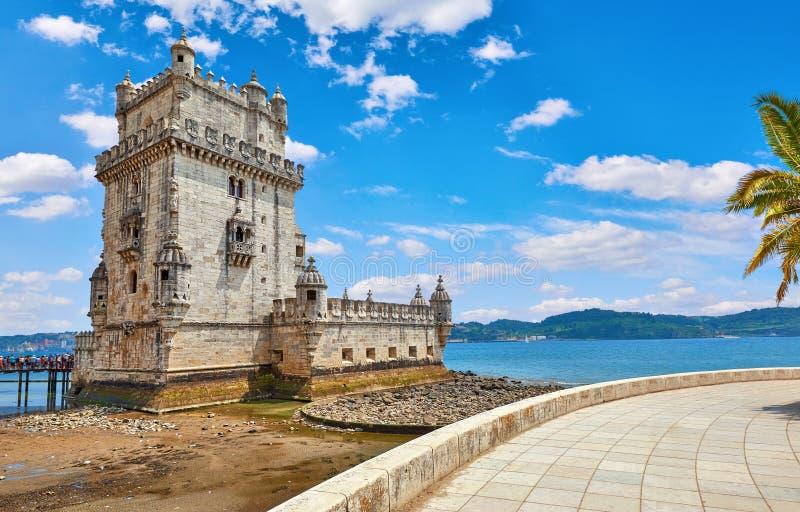 Portugal lizbo?skiego Basztowy Belem przy brzegową bulwar aleją z drzewkiem palmowym zdjęcia royalty free