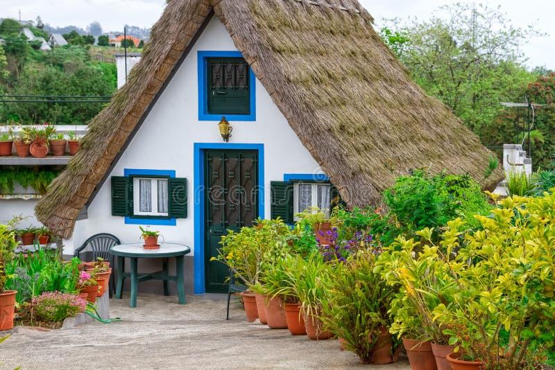 Portugal madeiraö, Santana, traditionellt Palheiros hem arkivfoton