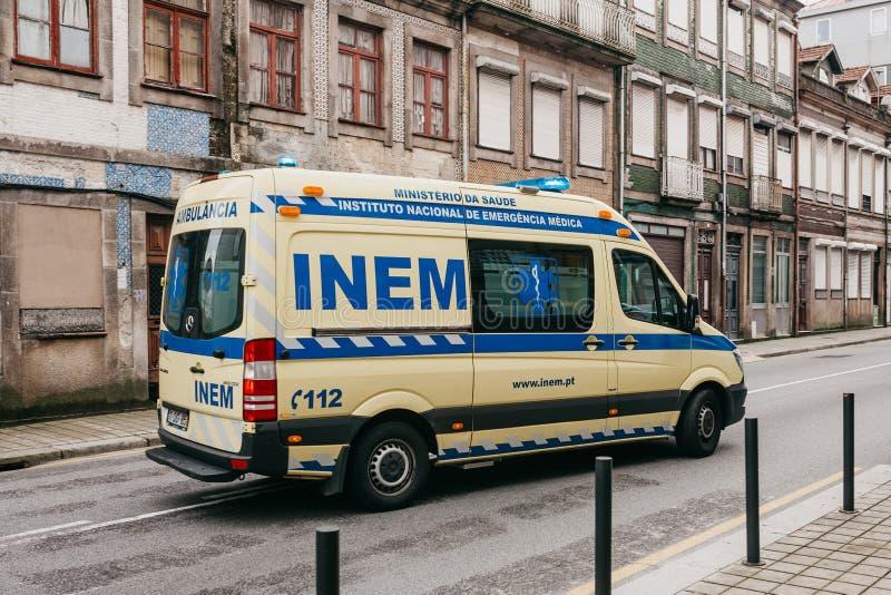 Portugal Porto, 05 Maj 2018: En ambulans på stadsgatan Nöd- hjälp Ambulansservice 112 royaltyfri bild
