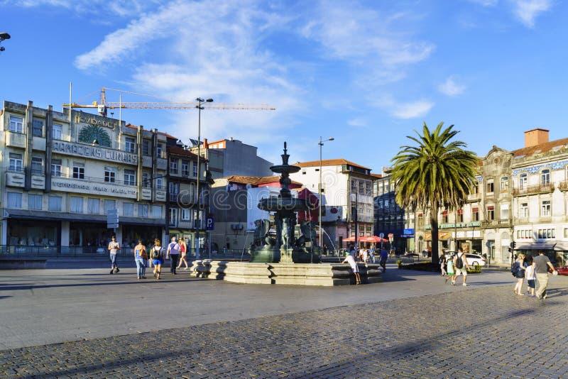 Portugal porto Sierpień 12, 2017: Żelazna fontanna lwy lokalizować w kwadracie dzwonił Gomes Teixeira walkin z wiele turystami fotografia royalty free