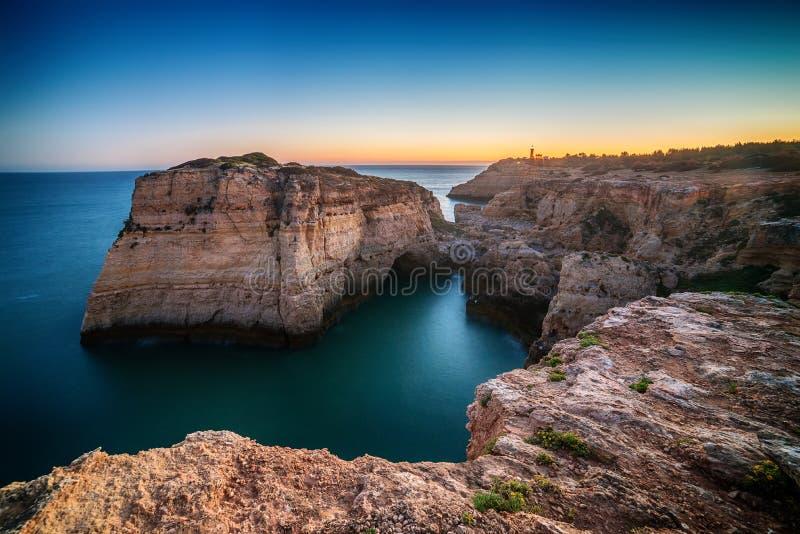 Portugal: schöne Felsen in der Küste von Algarve stockfotografie