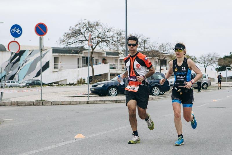 Portugal, Setúbal, el 8 de abril de 2018: Competencias del Triathlon Los triathlonists profesionales participan en la competencia imagenes de archivo