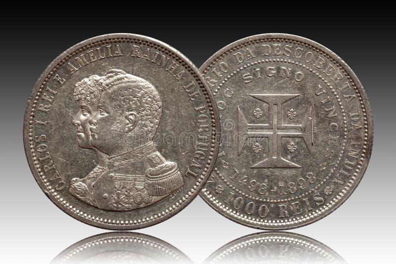 Portugalia srebnej monety thousend 1000 reis wybijali monety 1898 Carlos i Amelia odizolowywających na gradientowym tle obraz stock