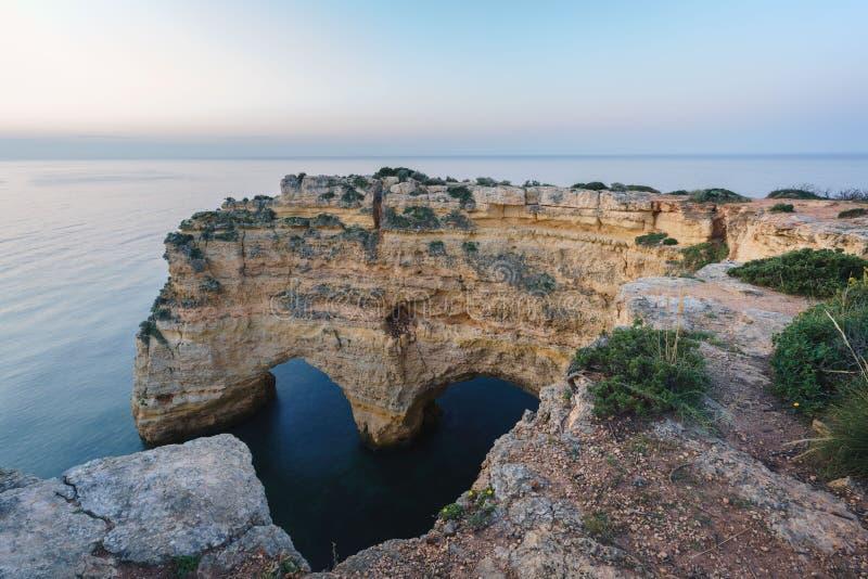 Portugalska linia brzegowa w Algarve, Heart Shape Cliff, podczas wschodu słońca, Portugalia obraz stock