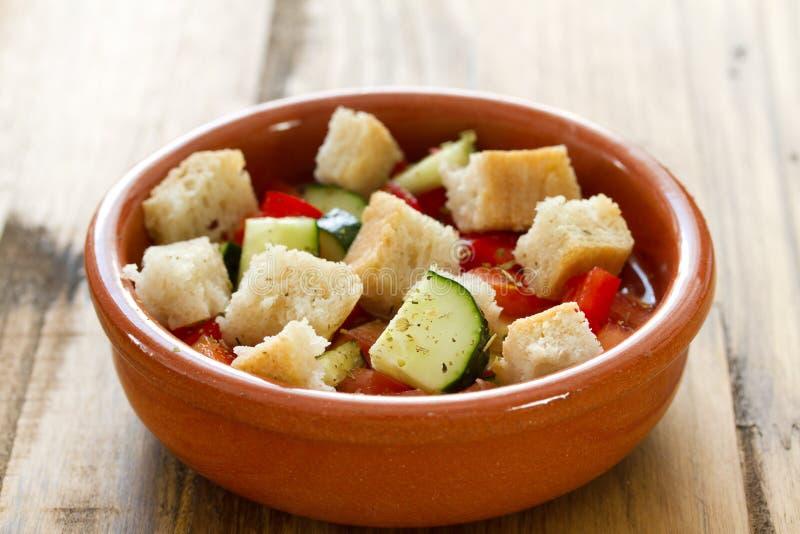 Portugese gaspacho in kom stock fotografie