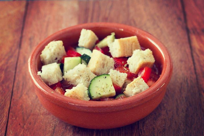 Portugese gaspacho in kom stock afbeeldingen