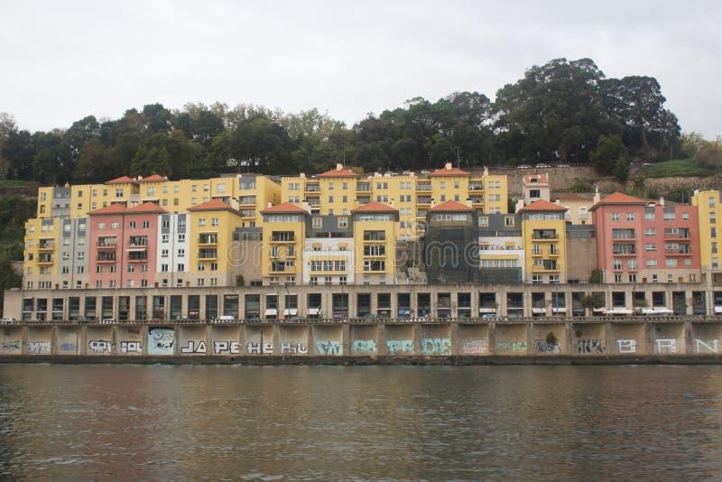 Portugese gekleurde huizen naast het water stock afbeelding
