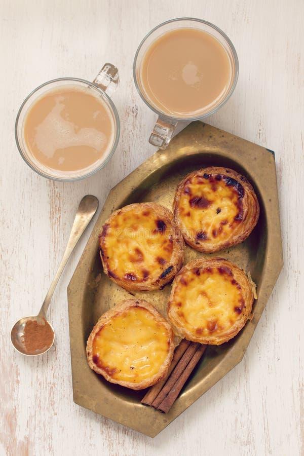 Portugese koekjes met kop van koffie met melk stock fotografie