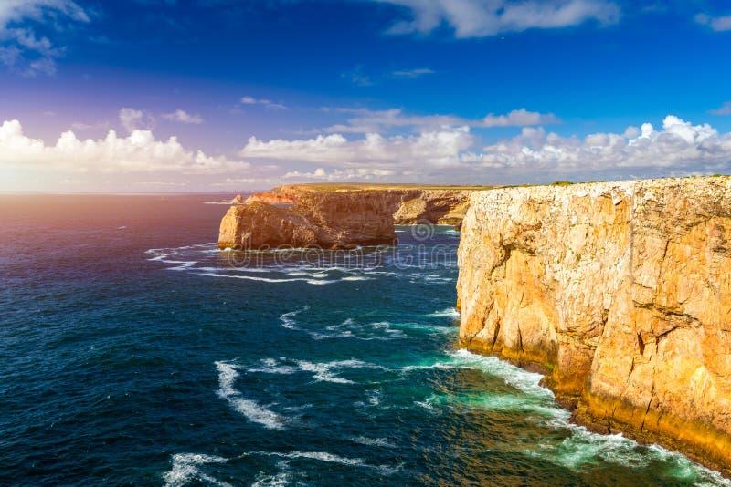 Portugese kust, klip in de Atlantische Oceaan Genomen in Sagres, Faro, Algarve, Portugal Mooie kust van Portugal, Sagres royalty-vrije stock afbeelding