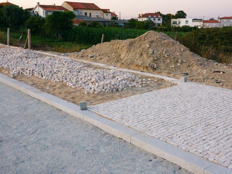 Portugese stoep/bestrating in aanbouw in Vila do Conde, Portuga stock afbeeldingen