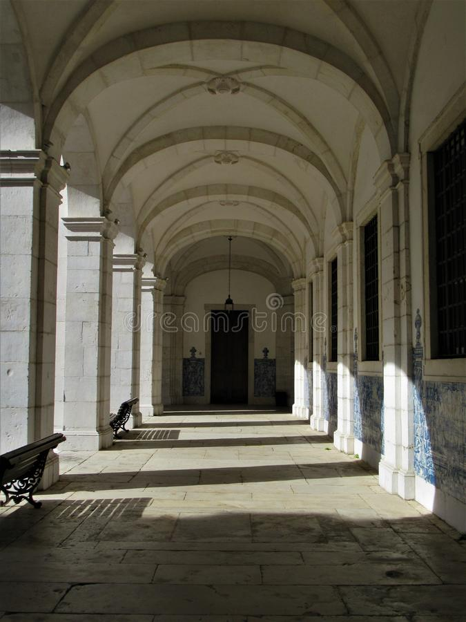 Portugese traditionele tegels in een witte gang stock fotografie