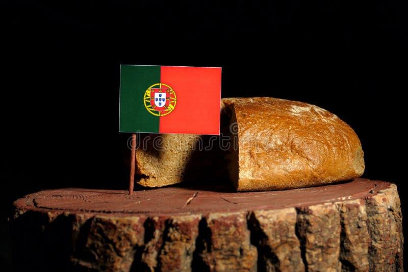 Portugese vlag op een stomp met brood stock foto