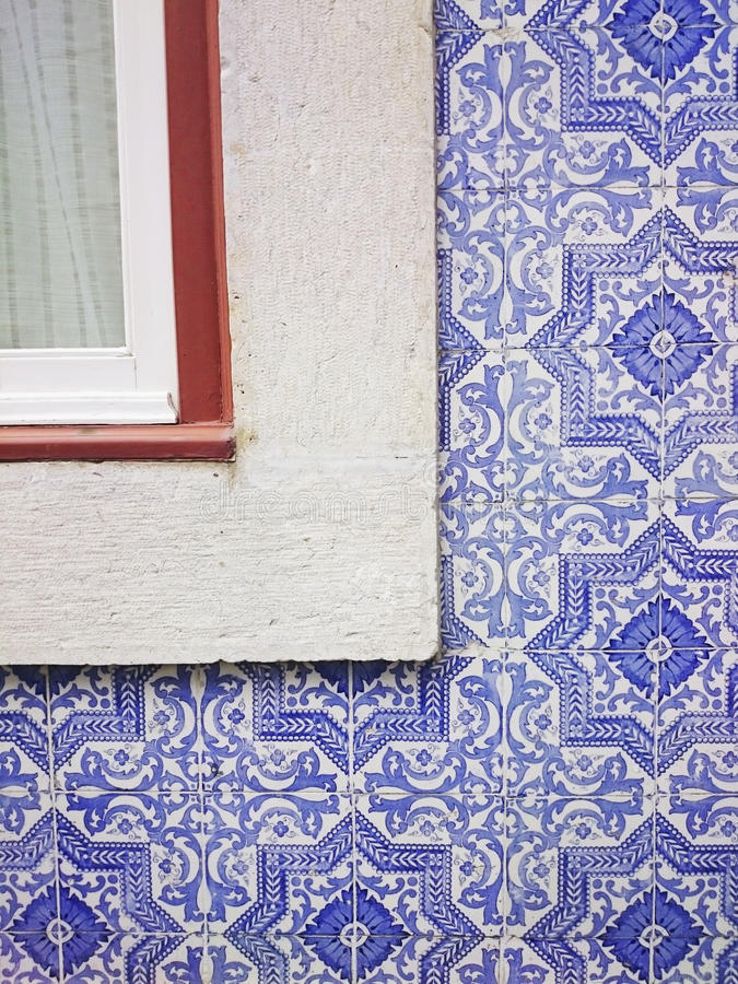 Portugiesische blaue Fliesen und Fenster Lissabons stockfoto