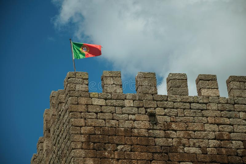 Portugiesische Flagge, die auf Turm vom Schloss flattert stockbilder