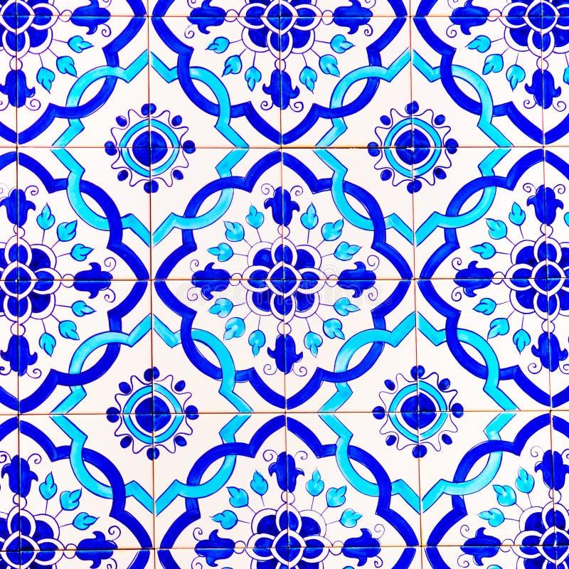 Portugiesische handgemachte glasig-glänzende Fliesen, Muster und Hintergründe, bunte Straßen-Kunst Portugals, Reise Europa stockbilder