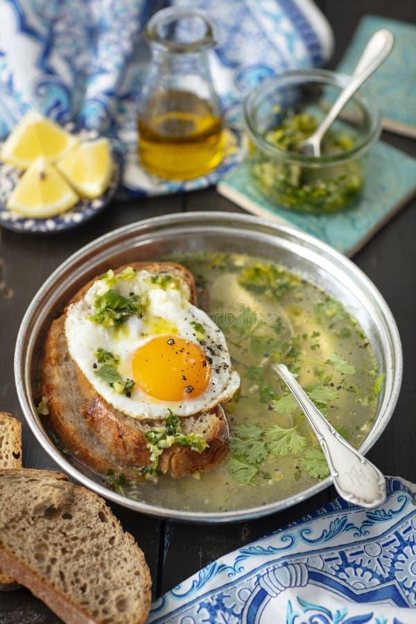 Portugiesische Knoblauchsuppe mit Brot und Ei, sopa alentejana stockbild