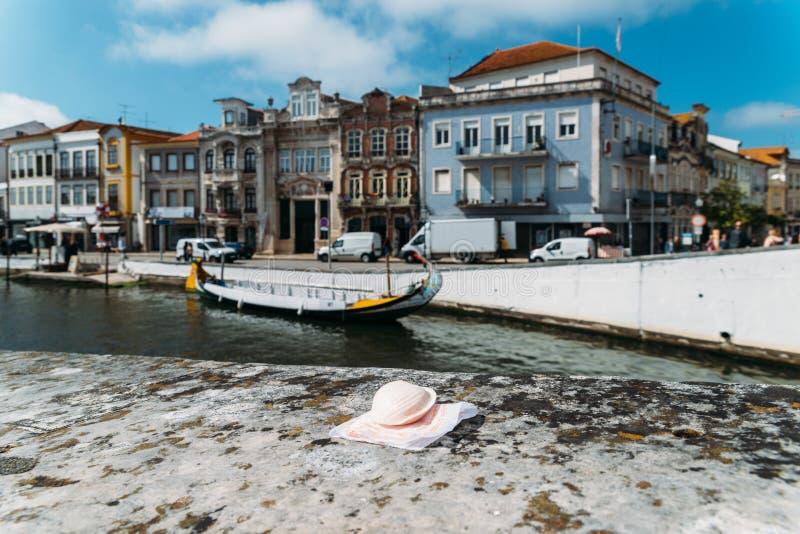 Portugiesische Zartheit nannte Ovos-Molen gemacht von den Eigelben und vom Zucker auf dem Wasserkanalhintergrund in Aveiro-Stadt stockbild